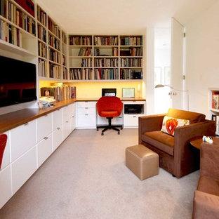 Exempel på ett mellanstort retro arbetsrum, med ett bibliotek, vita väggar, heltäckningsmatta, ett inbyggt skrivbord och grått golv
