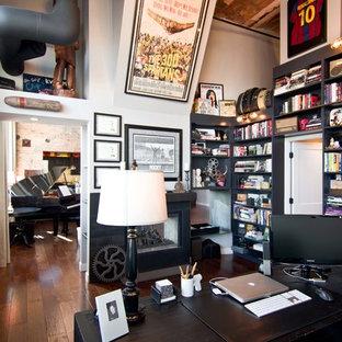 Idée de décoration pour un bureau urbain de taille moyenne avec un mur blanc, un sol en bois brun, un manteau de cheminée en métal et un bureau indépendant.