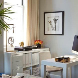 Idéer för små eklektiska arbetsrum, med grå väggar, mörkt trägolv och ett fristående skrivbord