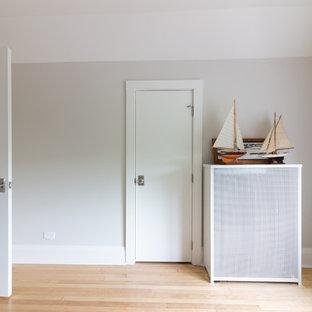 Ispirazione per un atelier nordico con pareti grigie, parquet chiaro, scrivania autoportante e pavimento giallo