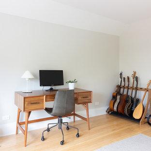 シカゴの北欧スタイルのおしゃれなアトリエ・スタジオ (グレーの壁、淡色無垢フローリング、自立型机、ベージュの床) の写真