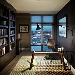Ejemplo de despacho moderno, de tamaño medio, sin chimenea, con paredes marrones, suelo de madera oscura y escritorio independiente