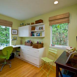 Foto på ett funkis arbetsrum, med ett inbyggt skrivbord