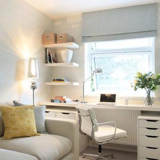 Imagen de despacho clásico renovado, de tamaño medio, con paredes multicolor y escritorio empotrado