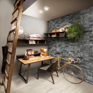 ニューヨークの小さいコンテンポラリースタイルのおしゃれな書斎 (グレーの壁、磁器タイルの床、暖炉なし、自立型机、ベージュの床) の写真
