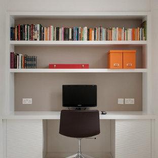 ロンドンのコンテンポラリースタイルのおしゃれなホームオフィス・書斎 (グレーの壁、カーペット敷き、暖炉なし、造り付け机) の写真