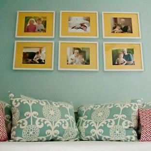 ボルチモアの中くらいのトランジショナルスタイルのおしゃれなホームオフィス・書斎 (無垢フローリング、造り付け机、黄色い床) の写真