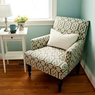Idée de décoration pour un bureau tradition de taille moyenne avec un sol en bois brun, un bureau intégré et un sol jaune.