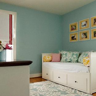 ボルチモアの中サイズのトランジショナルスタイルのおしゃれなホームオフィス・仕事部屋 (無垢フローリング、造り付け机、黄色い床) の写真