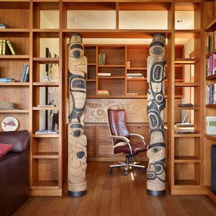 シアトルのトロピカルスタイルのおしゃれなホームオフィス・仕事部屋 (造り付け机) の写真