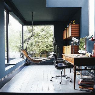 Modelo de despacho actual, grande, con paredes azules, suelo de madera pintada, escritorio independiente y suelo azul