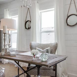アトランタの小さいシャビーシック調のおしゃれなホームオフィス・書斎 (白い壁、カーペット敷き、自立型机) の写真