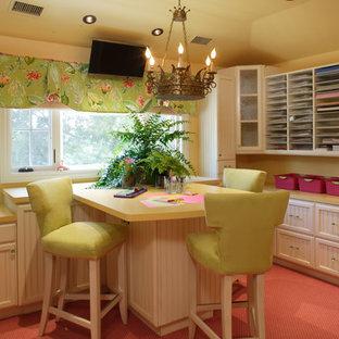 Foto de sala de manualidades clásica, grande, con paredes amarillas, moqueta, escritorio empotrado y suelo rosa