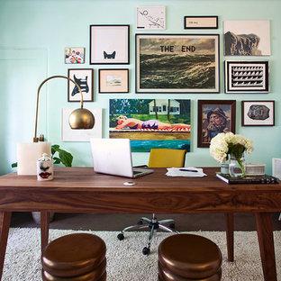 60 tals inredning av ett arbetsrum, med blå väggar, mörkt trägolv och ett fristående skrivbord