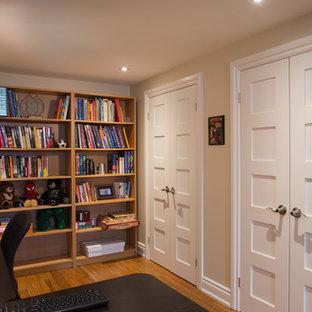 トロントのエクレクティックスタイルのおしゃれなホームオフィス・書斎 (竹フローリング、自立型机) の写真