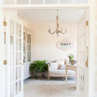 Idee per uno studio shabby-chic style di medie dimensioni con pareti rosa, moquette e scrivania autoportante