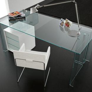 Cette photo montre un bureau moderne de taille moyenne avec un mur blanc, béton au sol, un bureau indépendant et un sol noir.