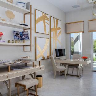 フェニックスの大きいコンテンポラリースタイルのおしゃれなアトリエ・スタジオ (白い壁、淡色無垢フローリング、自立型机、白い床、暖炉なし) の写真