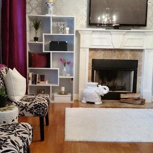 アトランタの中サイズのエクレクティックスタイルのおしゃれなアトリエ・スタジオ (グレーの壁、無垢フローリング、標準型暖炉、自立型机、タイルの暖炉まわり) の写真