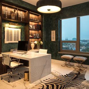 ヒューストンの中サイズのコンテンポラリースタイルのおしゃれな書斎 (緑の壁、磁器タイルの床、造り付け机、白い床) の写真