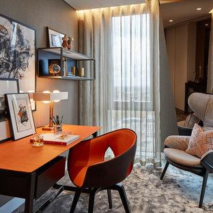 ロンドンの小さいトランジショナルスタイルのおしゃれなホームオフィス・仕事部屋 (グレーの壁、カーペット敷き、自立型机、グレーの床) の写真