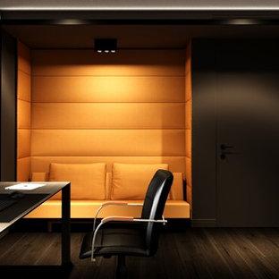 Idee per un grande atelier minimal con pareti grigie, parquet scuro, scrivania autoportante e pavimento marrone