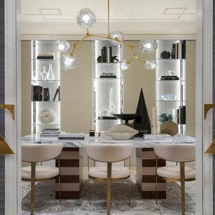 Esempio di un atelier contemporaneo di medie dimensioni con pareti bianche, pavimento in travertino, nessun camino, scrivania autoportante e pavimento beige