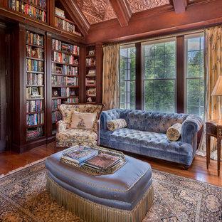 Inspiration för stora klassiska arbetsrum, med mellanmörkt trägolv och ett inbyggt skrivbord