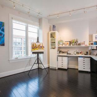 ワシントンD.C.の小さいコンテンポラリースタイルのおしゃれなアトリエ・スタジオ (白い壁、濃色無垢フローリング、造り付け机) の写真