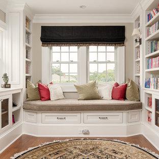 Esempio di un ampio studio stile marino con libreria, pareti blu, pavimento in legno massello medio e scrivania incassata
