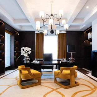 ロンドンのトランジショナルスタイルのおしゃれな書斎 (白い壁、無垢フローリング、標準型暖炉、石材の暖炉まわり、自立型机、茶色い床、格子天井) の写真