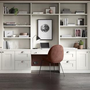 マンチェスターの中くらいのトラディショナルスタイルのおしゃれな書斎 (赤い壁、無垢フローリング、造り付け机、茶色い床) の写真