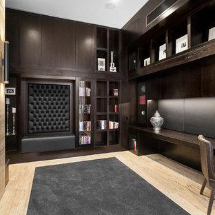 Idee per uno studio contemporaneo con parquet chiaro, scrivania incassata e camino classico