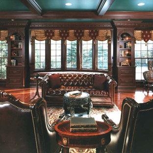 シカゴの広いヴィクトリアン調のおしゃれな書斎 (茶色い壁、自立型机) の写真