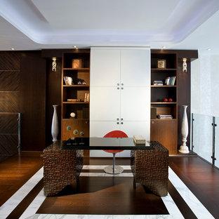 Cette photo montre un grand bureau tendance avec un mur blanc, un sol en bois foncé, un bureau indépendant et un sol multicolore.