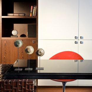マイアミの大きいコンテンポラリースタイルのおしゃれな書斎 (白い壁、大理石の床、自立型机) の写真