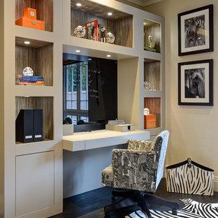 サリーの中サイズのトランジショナルスタイルのおしゃれなホームオフィス・仕事部屋 (ベージュの壁、濃色無垢フローリング、造り付け机、黒い床) の写真