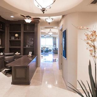 ラスベガスの中サイズのモダンスタイルのおしゃれな書斎 (ベージュの壁、大理石の床、暖炉なし、造り付け机) の写真