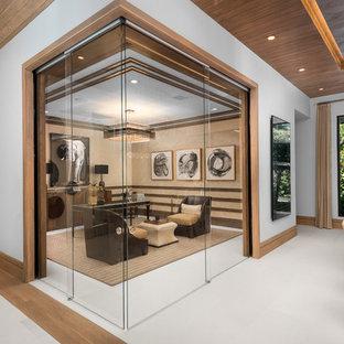 マイアミのコンテンポラリースタイルのおしゃれな書斎 (茶色い壁、自立型机、白い床) の写真