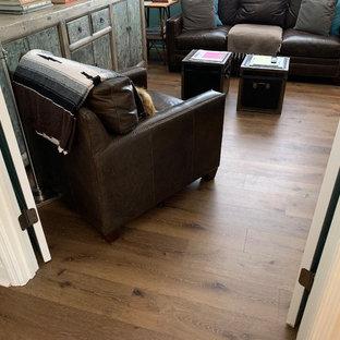 На фото: маленькая домашняя мастерская в современном стиле с полом из винила и коричневым полом