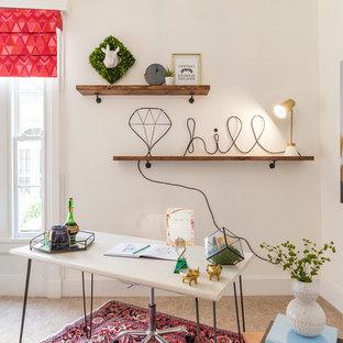 Ispirazione per un ufficio design di medie dimensioni con pareti bianche, moquette e scrivania autoportante