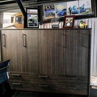 デトロイトの小さいインダストリアルスタイルのおしゃれなアトリエ・スタジオ (グレーの壁、コンクリートの床、暖炉なし、自立型机、黒い床) の写真