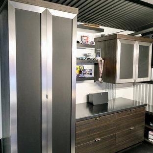 Ispirazione per un piccolo atelier industriale con pareti grigie, pavimento in cemento, nessun camino, scrivania autoportante e pavimento nero