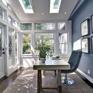 Esempio di uno studio tradizionale di medie dimensioni con pareti blu, parquet scuro, scrivania autoportante, pavimento marrone e nessun camino