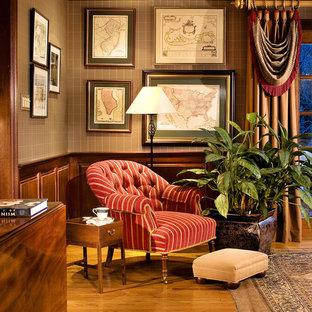 Idéer för ett klassiskt arbetsrum, med mellanmörkt trägolv