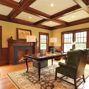 ニューヨークの中くらいのトラディショナルスタイルのおしゃれなホームオフィス・書斎 (淡色無垢フローリング、標準型暖炉、石材の暖炉まわり、自立型机) の写真