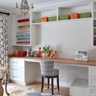 Immagine di una stanza da lavoro tradizionale di medie dimensioni con pareti beige, parquet chiaro, scrivania incassata e pavimento beige