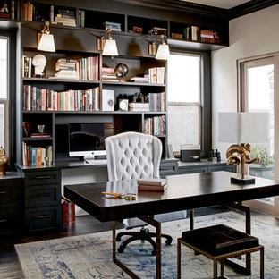 Großes Klassisches Arbeitszimmer ohne Kamin mit Arbeitsplatz, beiger Wandfarbe, dunklem Holzboden und freistehendem Schreibtisch in San Francisco