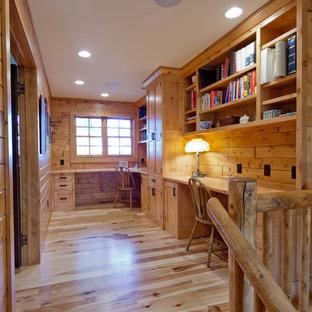Aménagement d'un bureau montagne de taille moyenne avec un mur marron, un sol en bois brun et un bureau intégré.