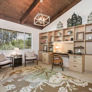 Foto de despacho abovedado y madera, contemporáneo, con paredes blancas, moqueta, escritorio empotrado y suelo beige
